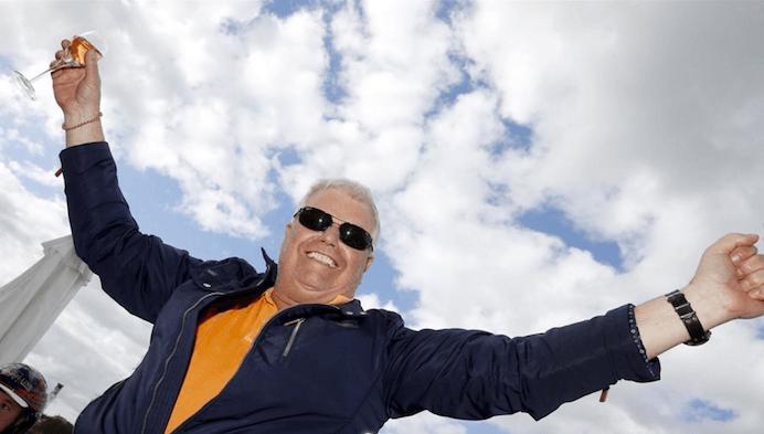 – Roger Walmann firar med champagne