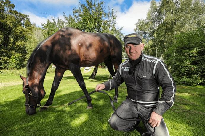 – Sauveur och Åke Lindblom chillar i gröngräset inför Harpers